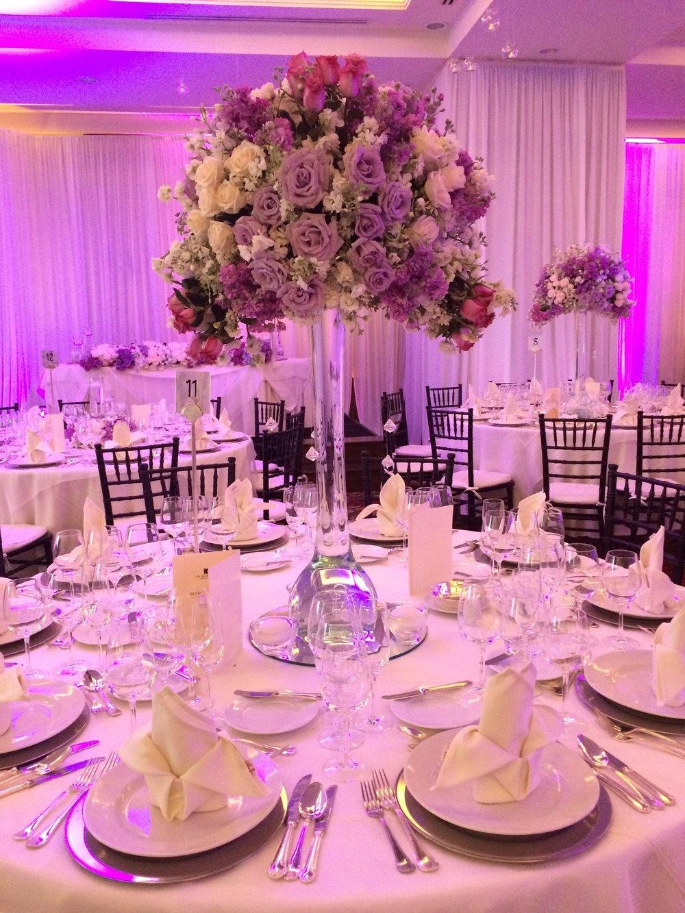 centros de mesa con flores lilas.JPG