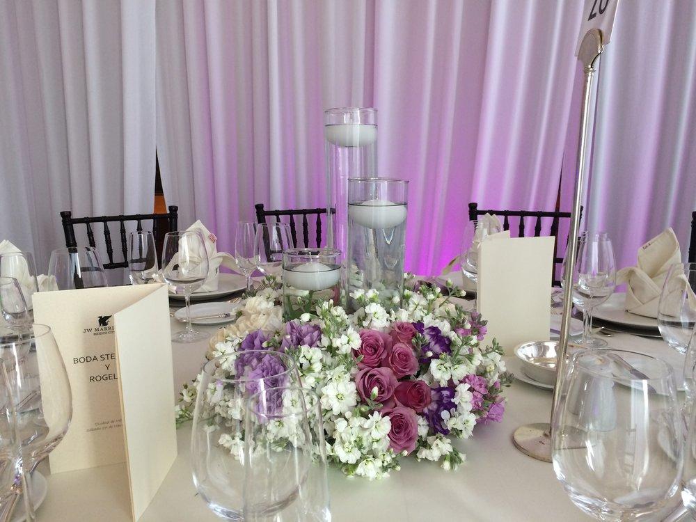 centros de mesa con velas flotantes.JPG
