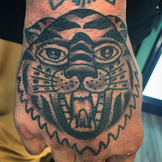 Hand cat off the walls of @pastimetattoo. Hit me up to set yours up info@benhameen.com www.benhameen.comOr DM me