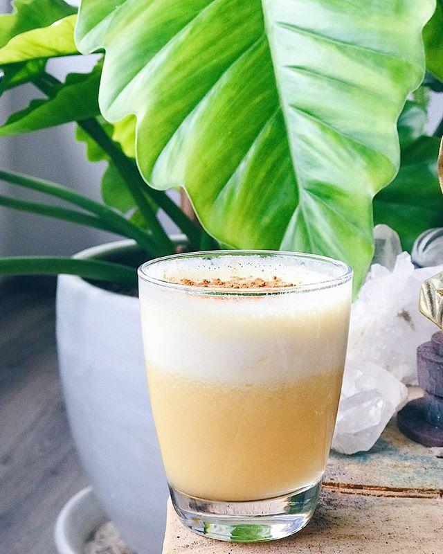 Empezando bien el día! 🌤 Y no, no es un pisco sour! 😂 Este shake me encanta porque es fresco y una buena opción como complemento en el desayuno! Yo lo tomo generalmente post training para combinar carbitos, junto con un poco de grasas de las buenas y proteína 🙌🏼 Osea mis MACROS para arrancar el día con todo! 💪🏼⚡️ - En este hay 1/2 tz de piña picada, 1/2 vaso de leche de almendras sin azúcar de @silkperu , 1/2 naranja picada, 1 scoop de proteina @vitalproteins, linaza y canela! La proteína es de vainilla así que se mezcla super con la fruta 👍🏼 - Conoces a alguien que también le gustan los shakes?! 😍 Taggealo! ✔️