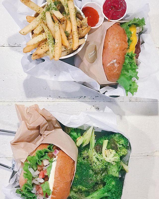 """Una de mis actividades favoritas: una BUENA hamburguesa! 🍔 Pero una de verdad #realfood Y mejor aún si es en una ciudad nueva! Por eso siempre busco alguna novedad y hoy encontramos esta @veganburg Una opción 100% vegana 🌱 a base de champis y soya... NADA que envidiar a las tradicionales! 🙌🏼 - La mia tenía champis con """"quetzo"""" veggie y la de jL pico de gallo con palta: las 2 pura delicia!  Y para coronar, brócoli orgánico salteado y papitas con ketchup orgánico on the side! 😋 #balancesellama"""