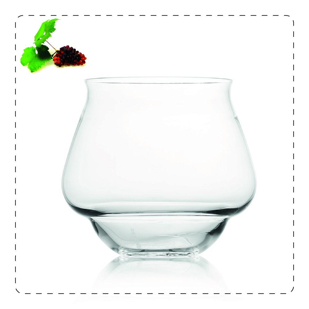 GO-GO  Si tratta di un bicchiere tumbler dalla forma particolare e dalle linee molto armoniche:  l'ampia pancia alla base consente di percepire meglio l'aroma di rum e distillati.