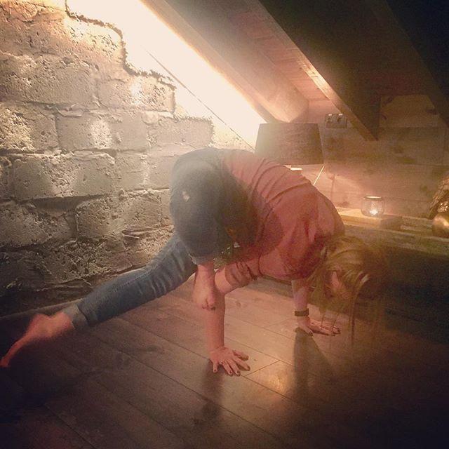 Þegar þú átt afmæli og ert í partý en manst að þú átt eftir að gera yoga stöðu dagsins #soliryogaaskorun2017 #grasshopper #yoga #notpretty