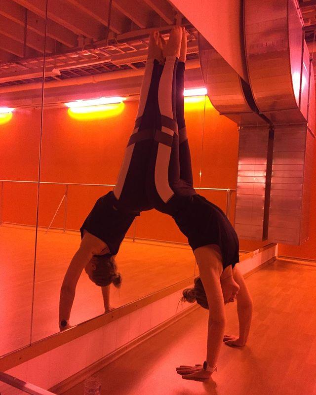 Happy Friday! Have a wonderful weekend 😊#yoga #yogaeverydamnday #reebokisland #handstand