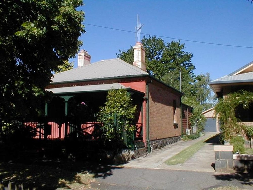 Click here to book the Clinton St Cottage in Orange
