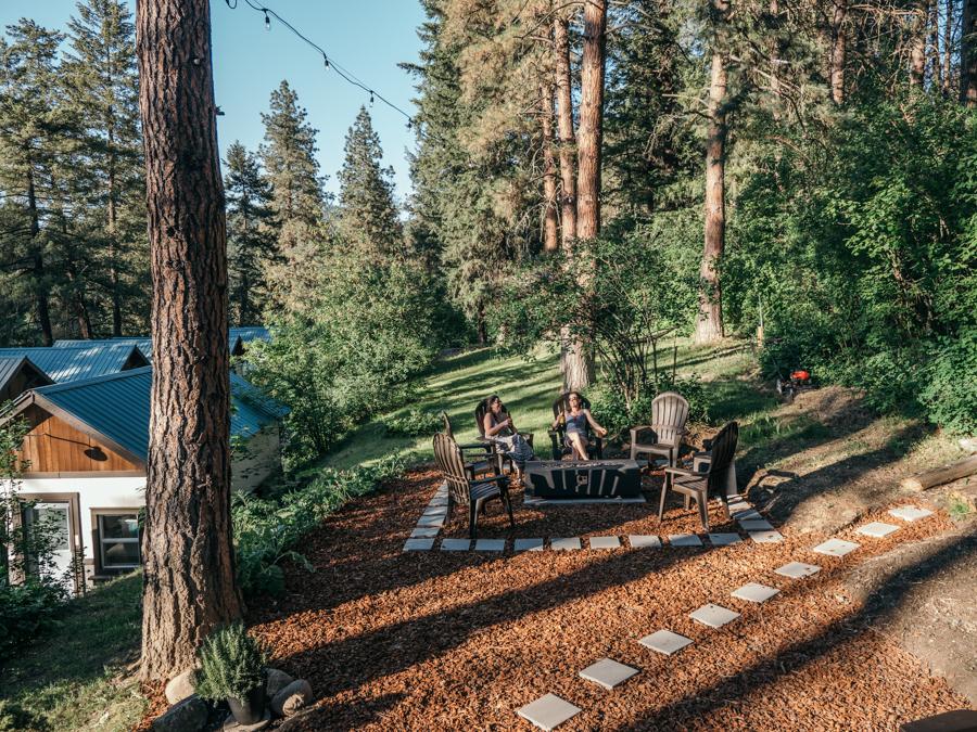 outdoor gathering area at loge leavenworth