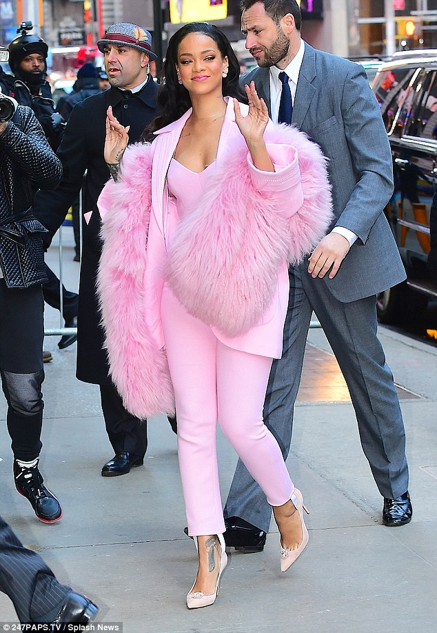Rihanna-Wearing-One-Color-Outfit-020.jpg