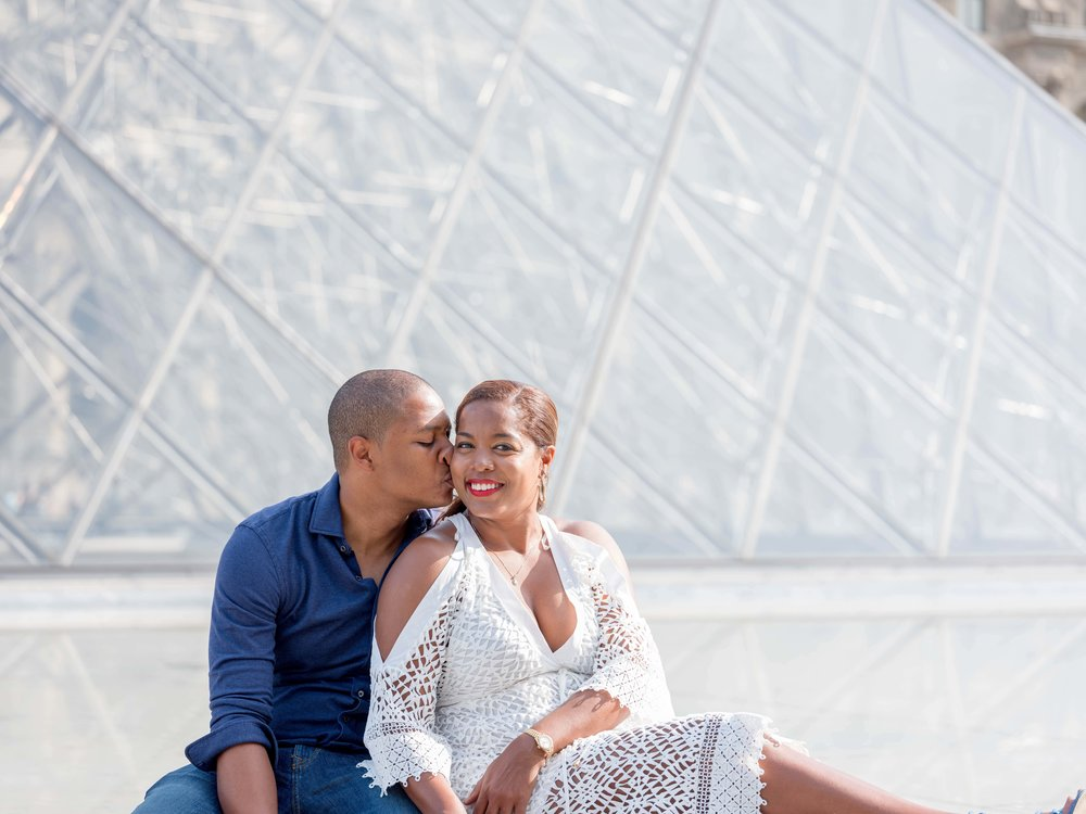 couple in love louvre paris