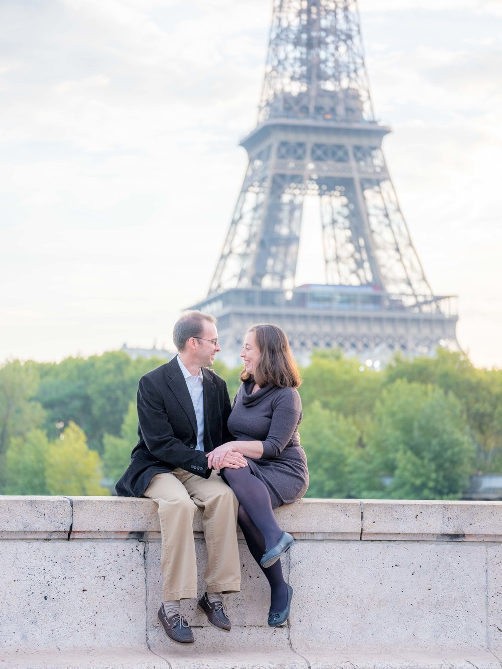 surprise proposal at eiffel tower paris