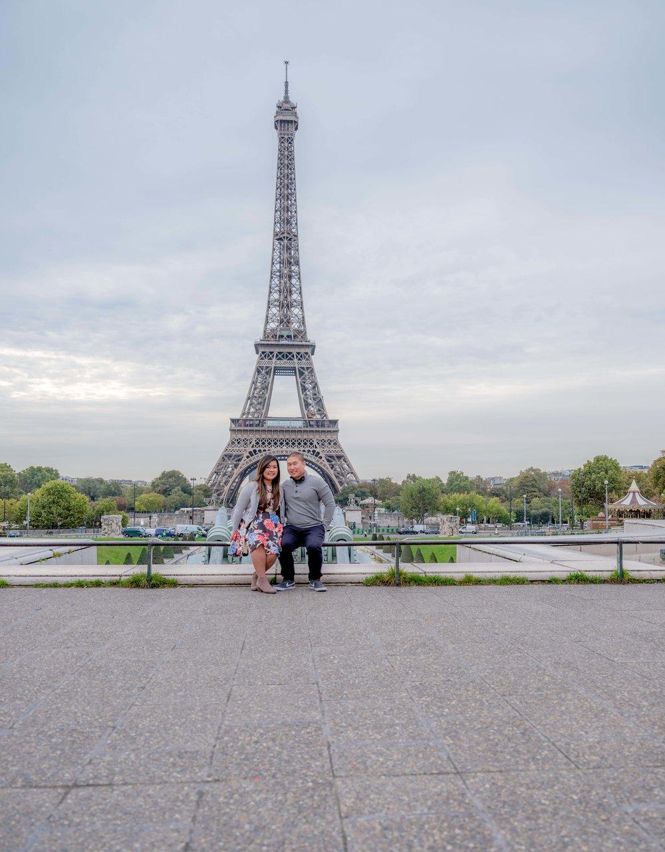 couple honeymoon eiffel tower paris