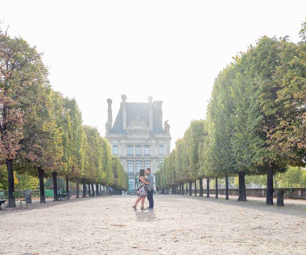 couple in love in front of louvre museum paris