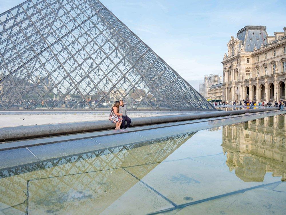 couple in love at louvre museum paris