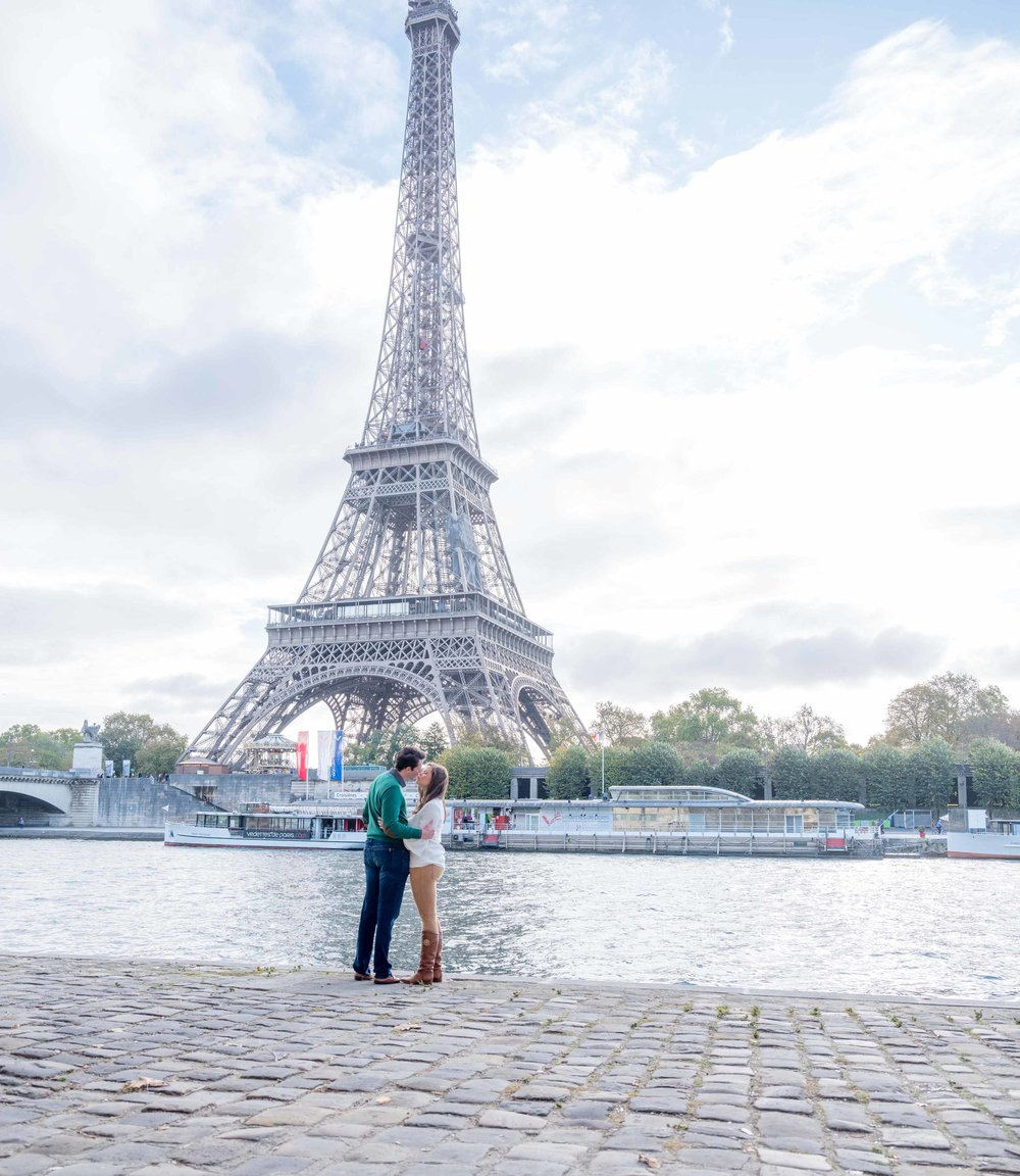 anniversary couple celebrating at eiffel tower