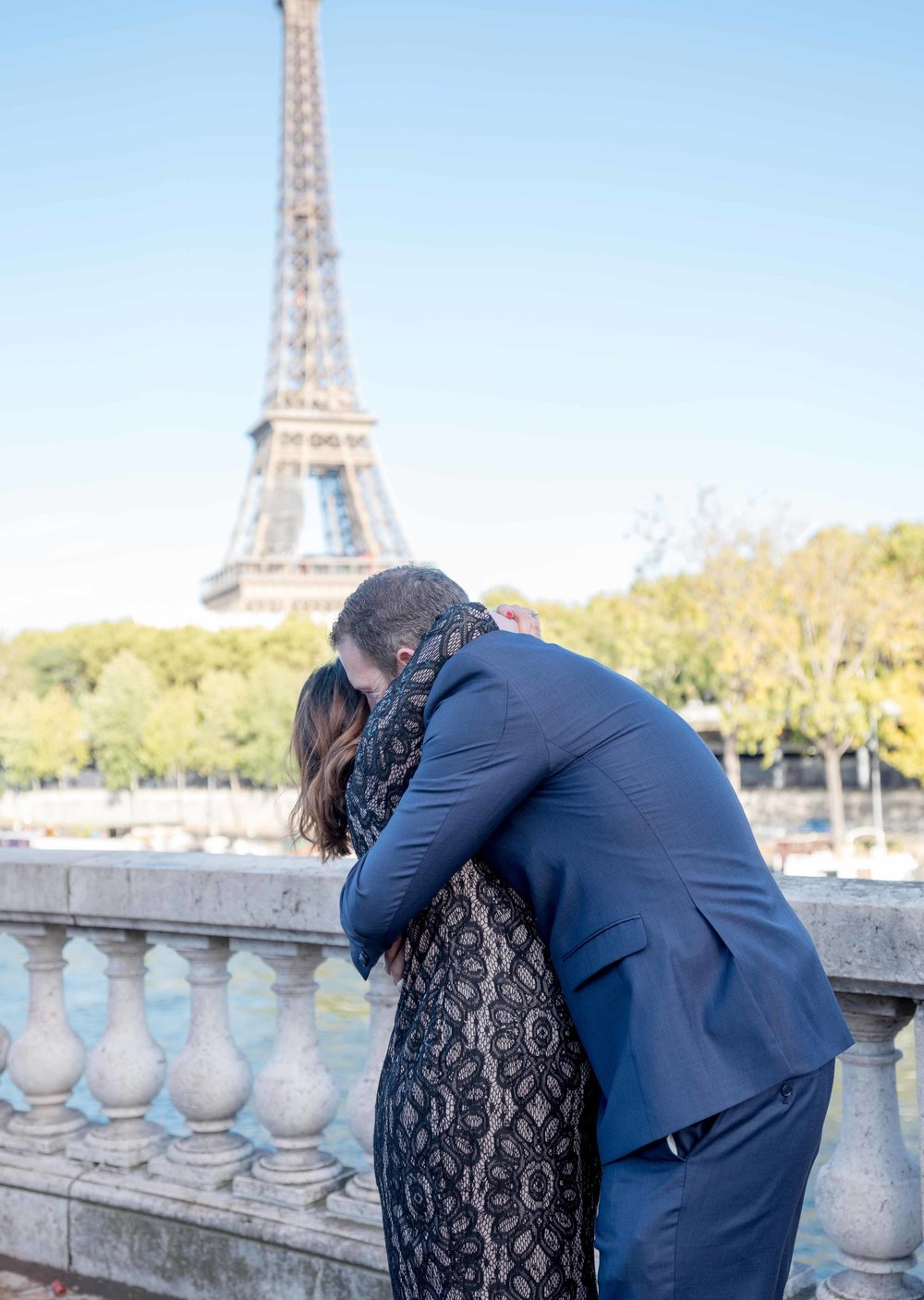 surprise proposal at eiffel tower paris