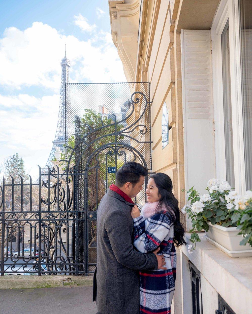 romantic couples photo at eiffel tower paris