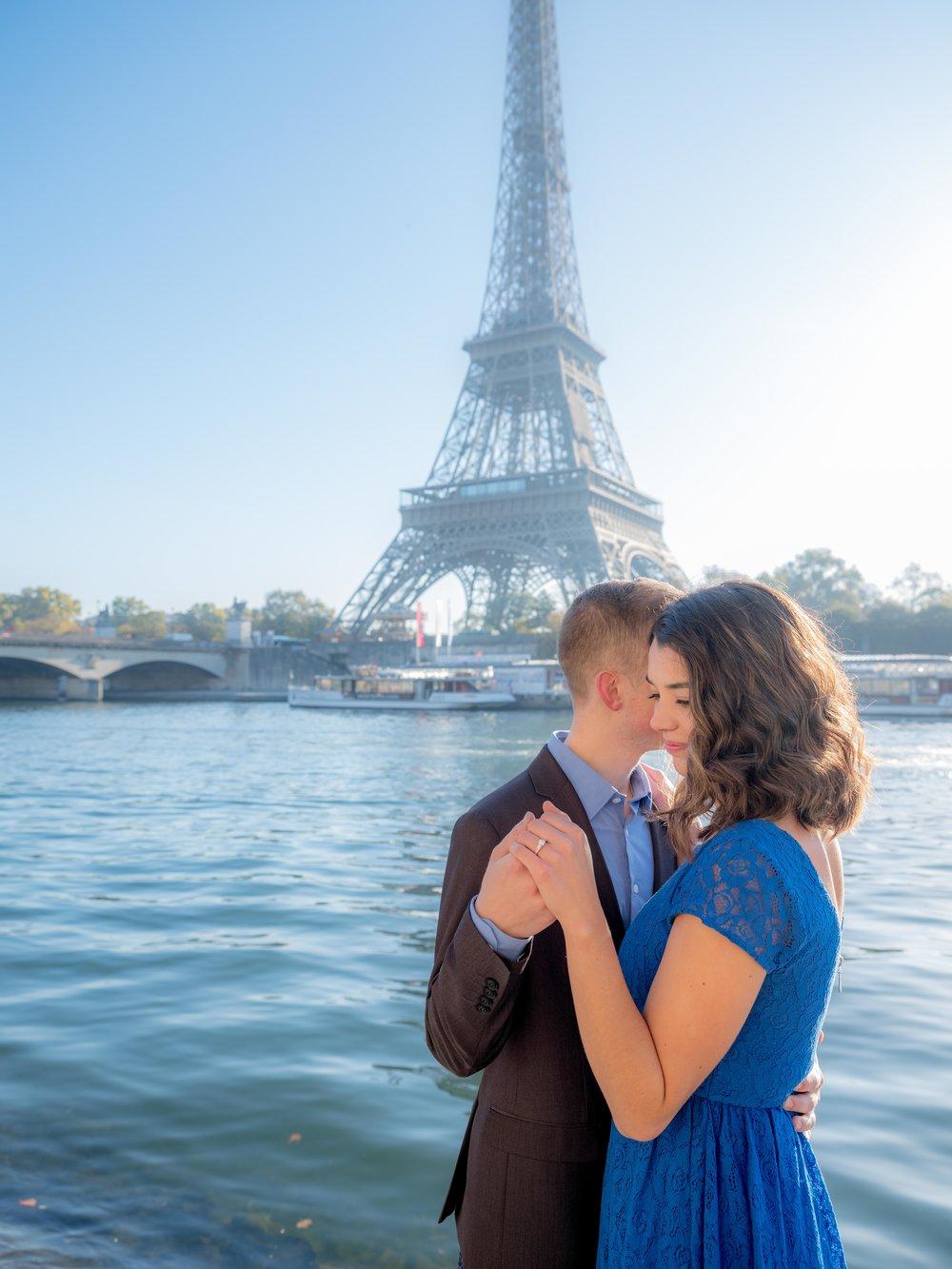 romantic young couples engagement eiffel tower paris