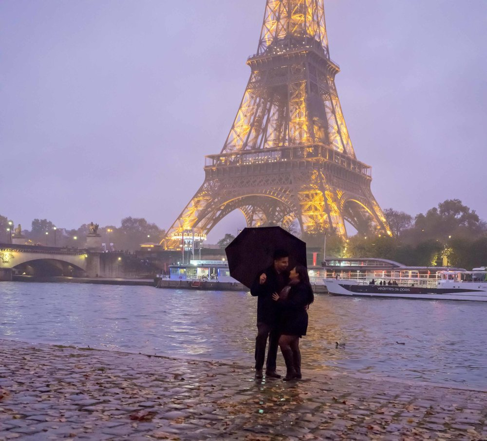 romantic rainy photo shoot in paris with view of eiffel tower
