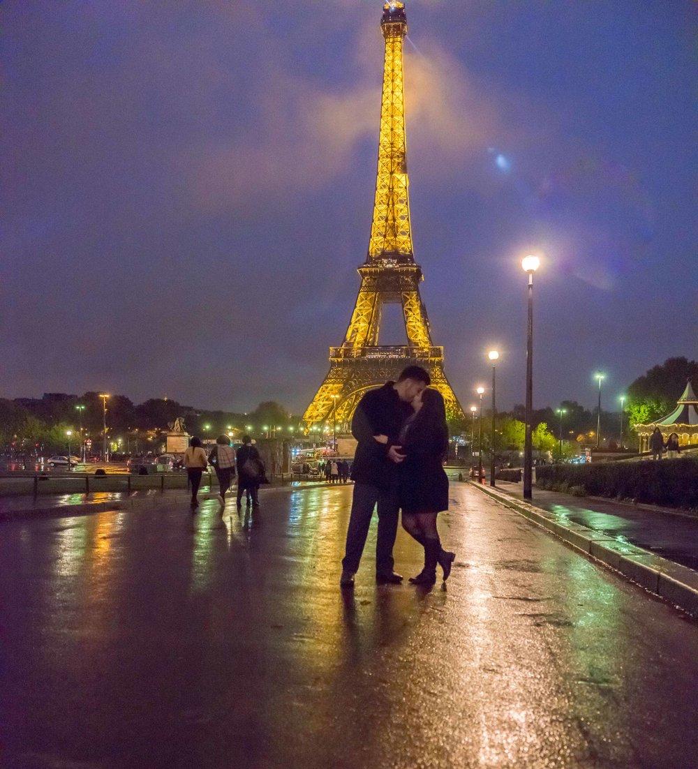 romantic surprise proposal at night at eiffel tower paris