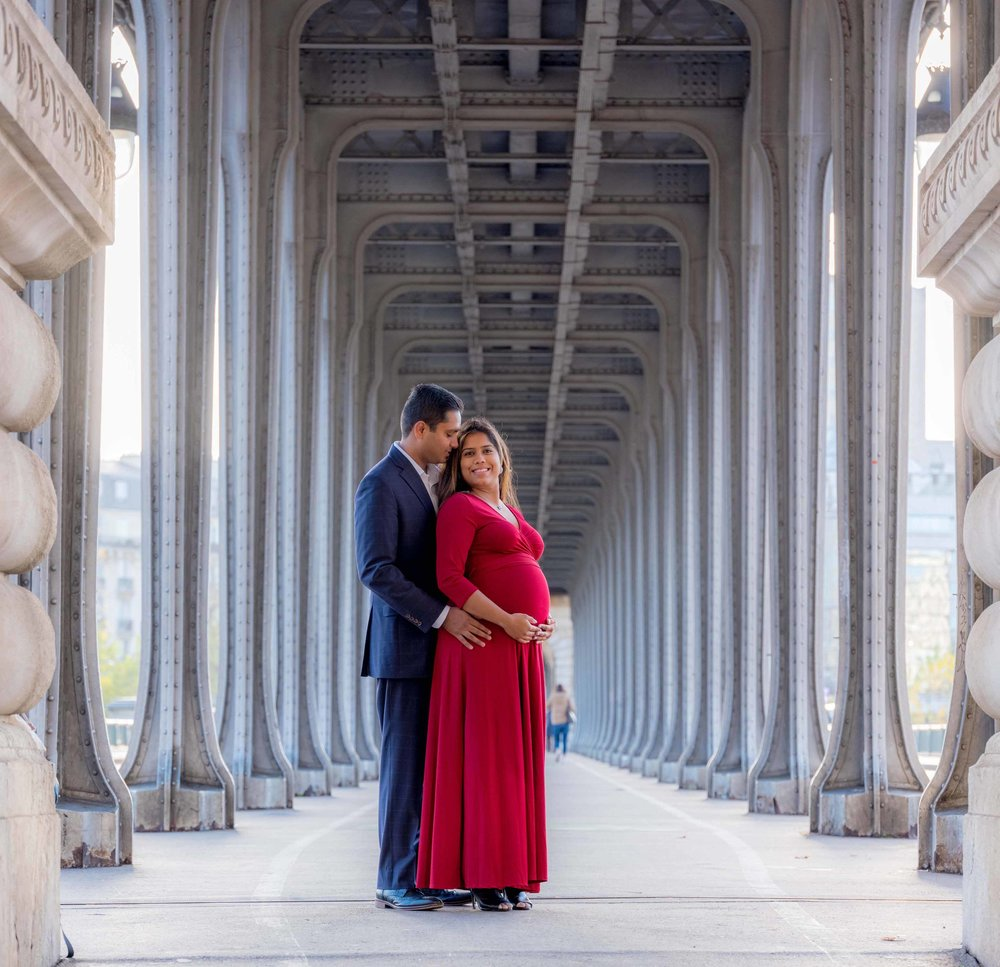 romantic maternity photo shoot in paris