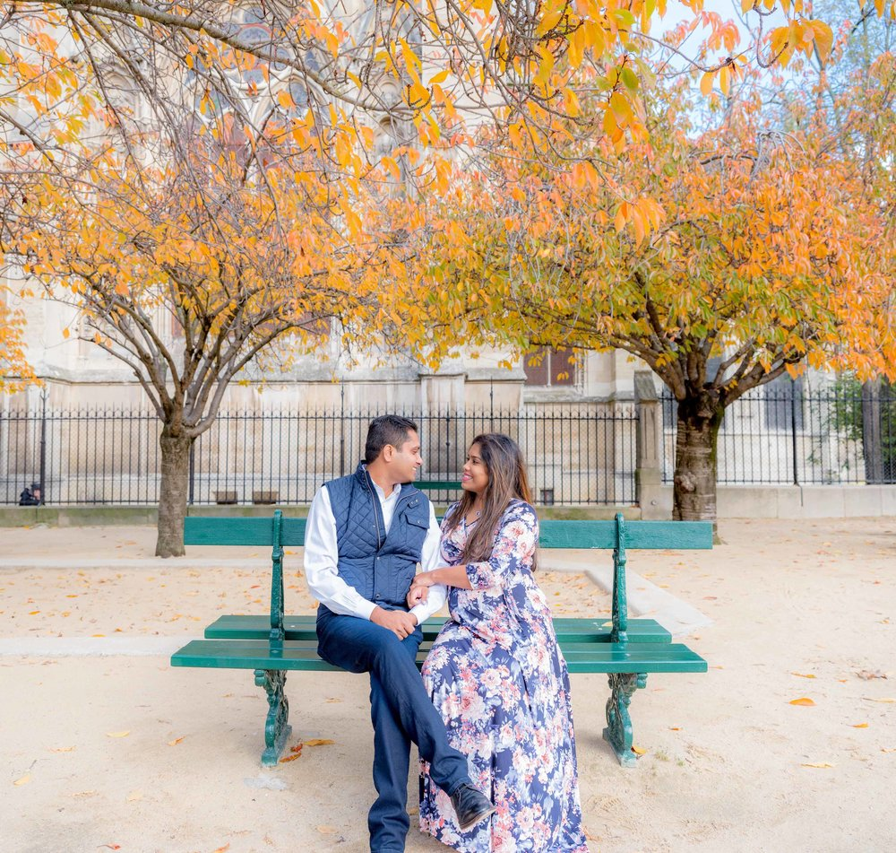 romantic maternity photo shoot in paris in autumn