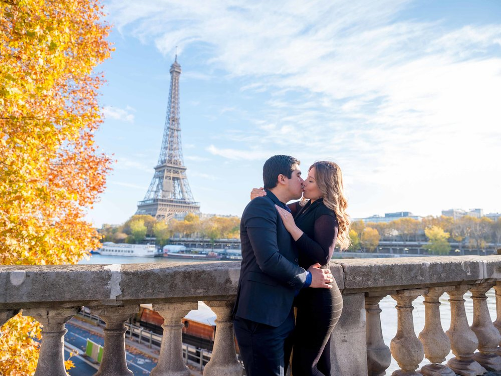 surprise proposal at the eiffel tower paris