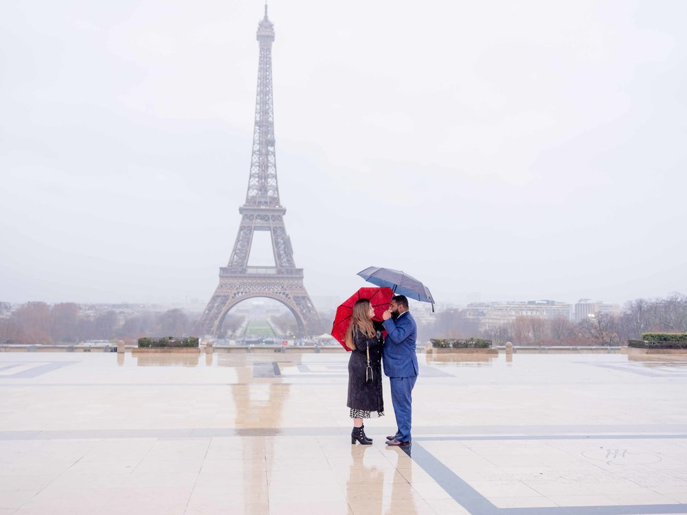 surprise proposal at eiffel tower paris photo shoot