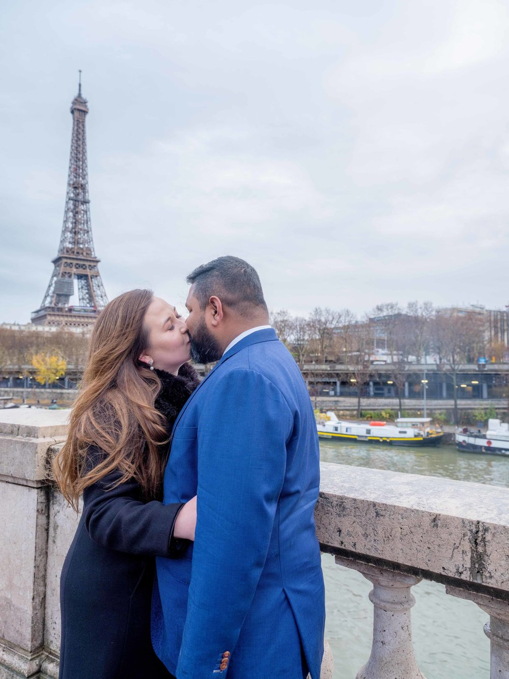 couple kissing at eiffel tower paris