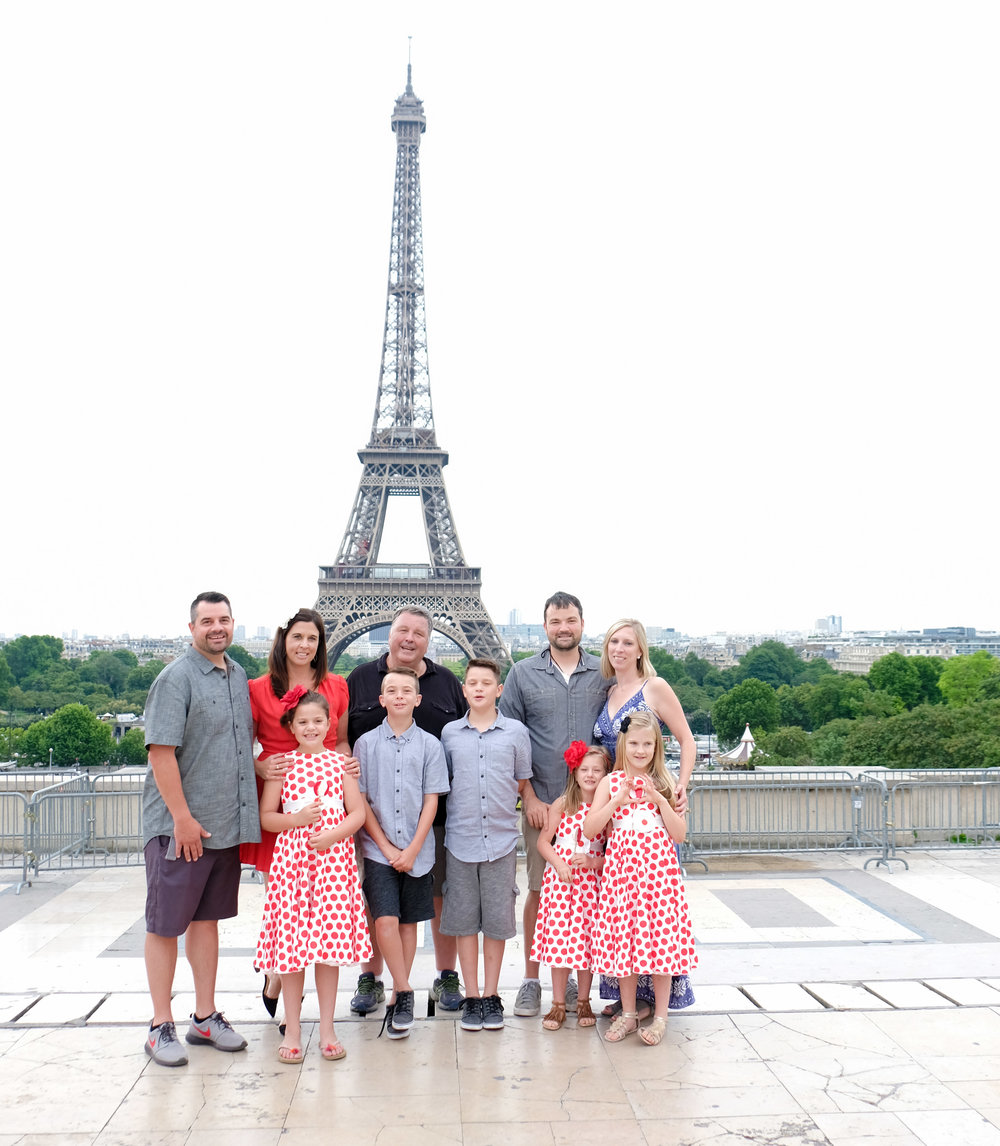 large family photo shoot at eiffel tower paris