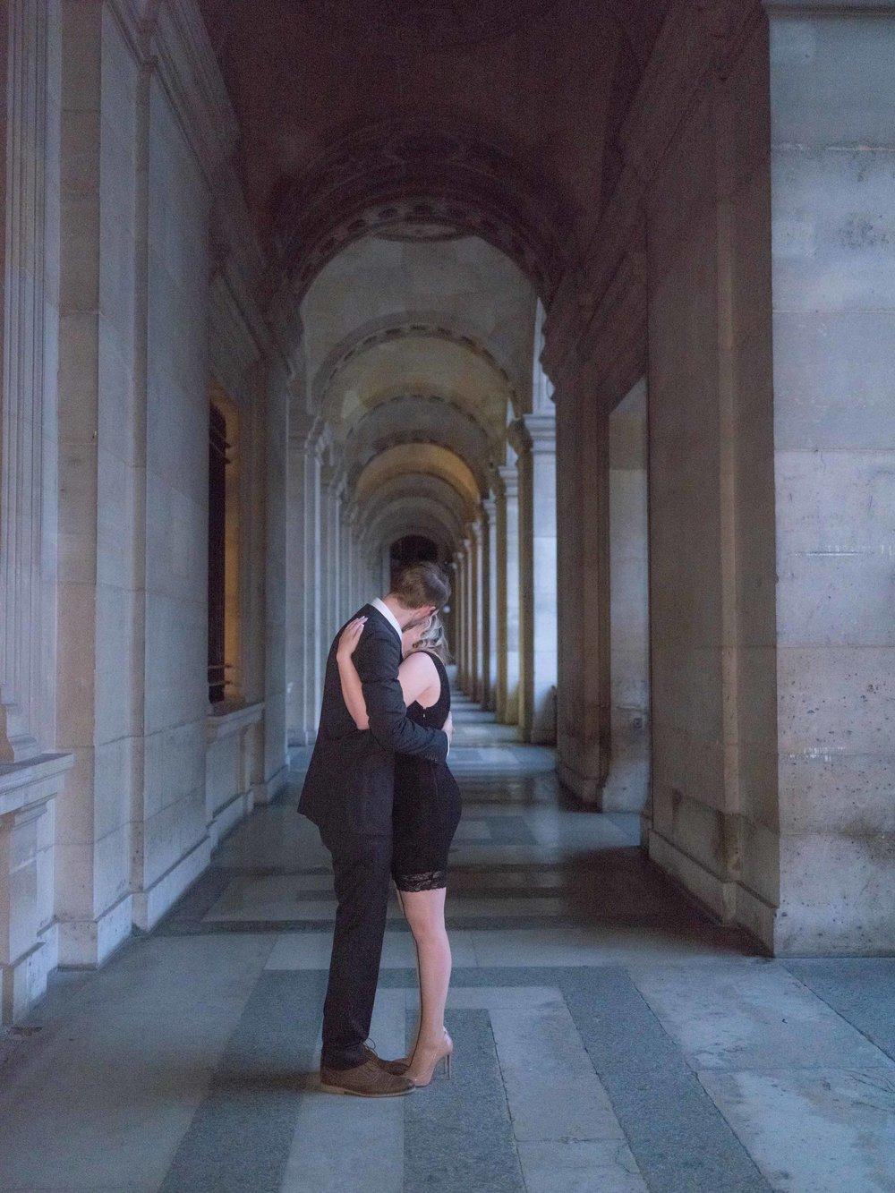 couples photo session louvre museum paris