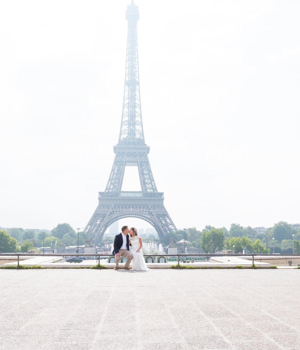 wedding photos at eiffel tower in paris
