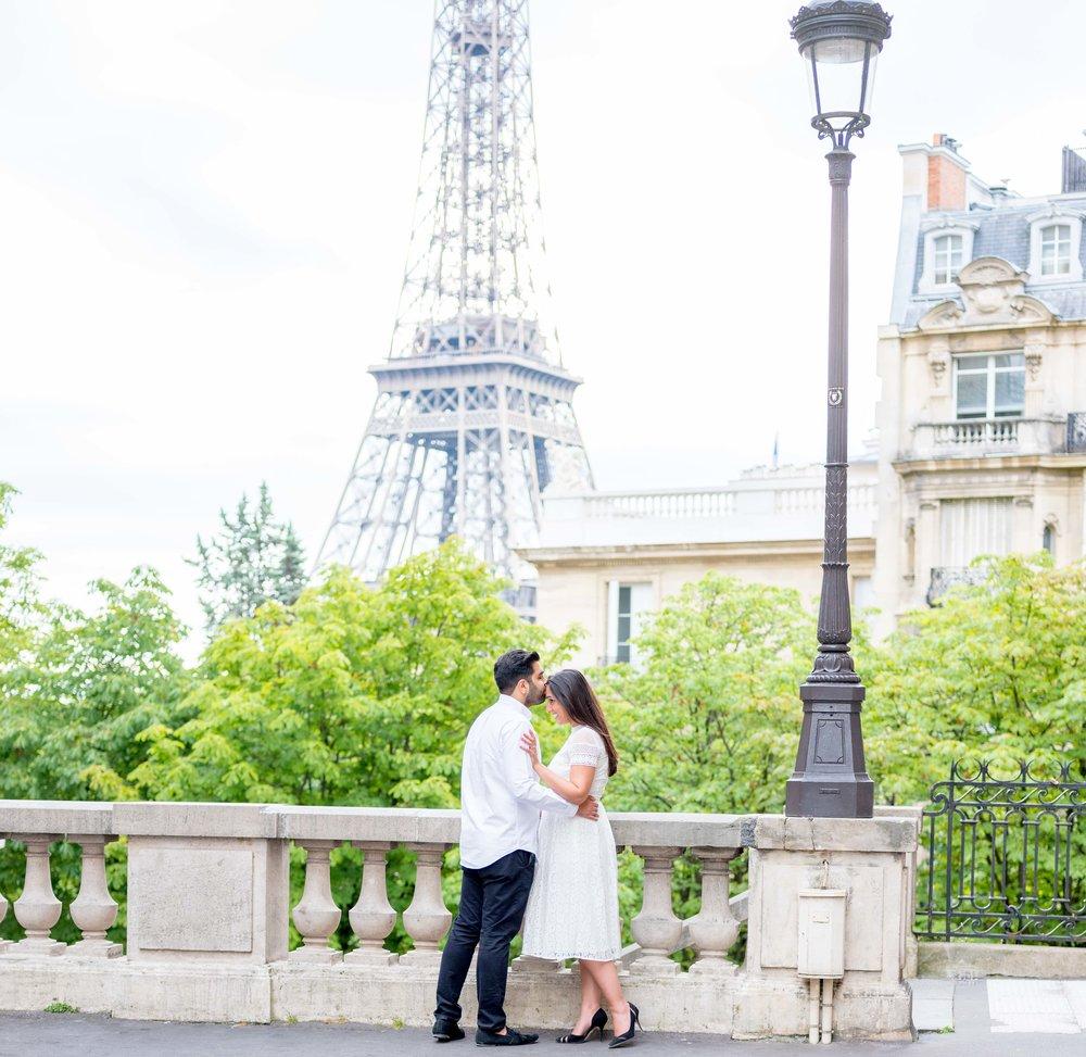 paris romantic surprise proposals at eiffel tower