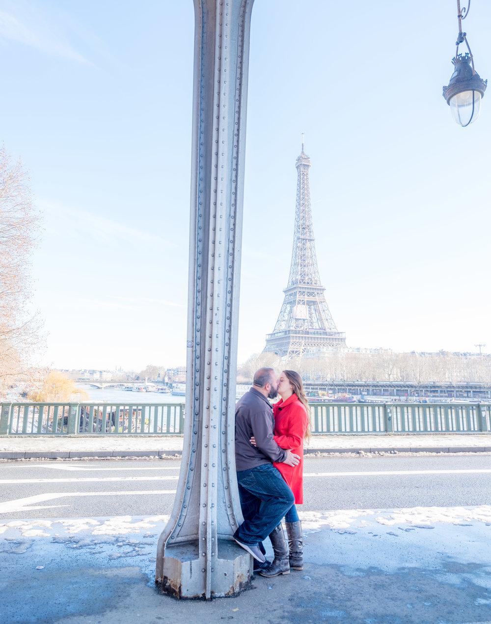 romantic couple photo shoot paris eiffel tower