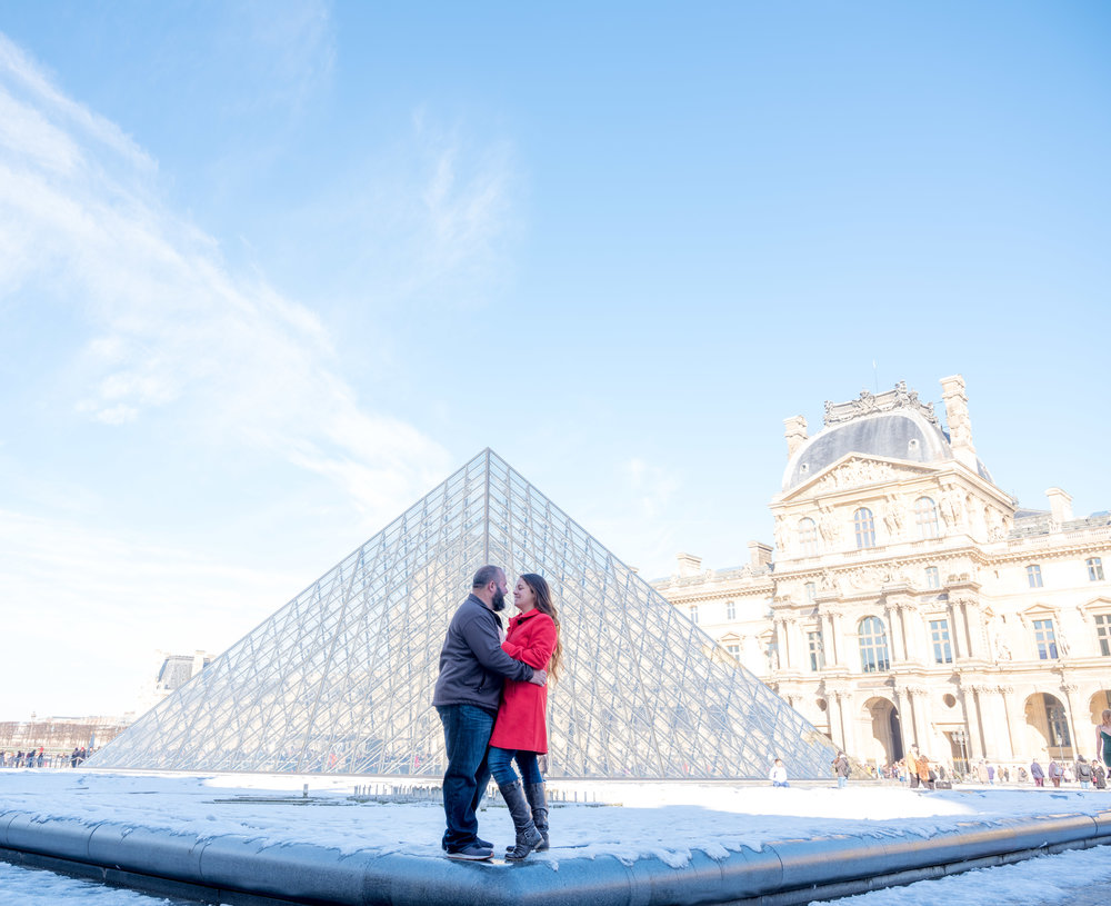 romantic couple photo shoot paris louvre