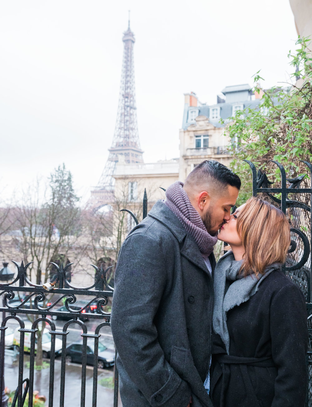 surprise proposal in paris france at eiffel tower