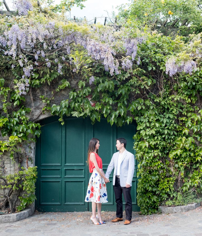 romantic couples photograph in paris france