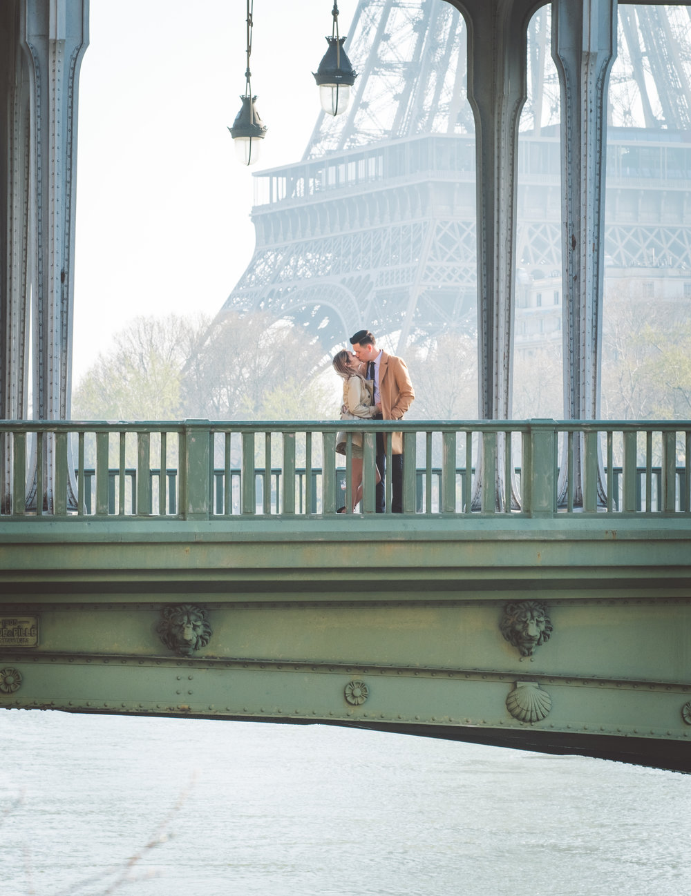 paris surprise proposal bir hakeim bridge overlooking eiffel tower in paris