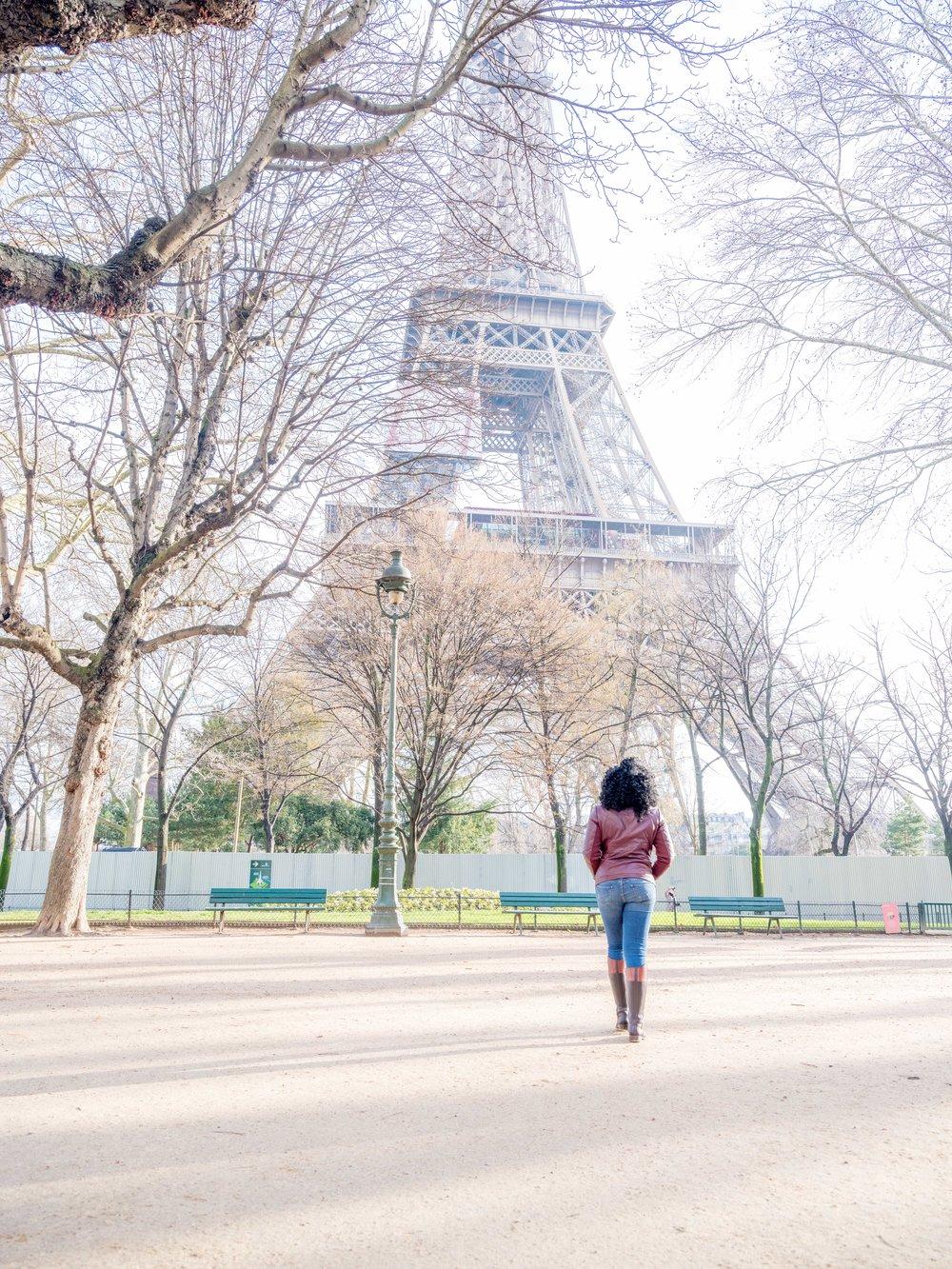 solo female traveler photo session at eiffel tower paris france