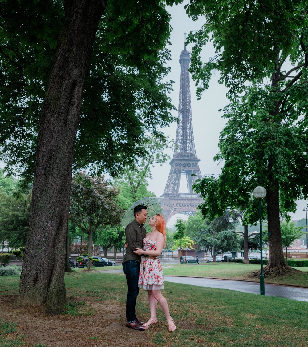 romantic rainy day photo shoot in paris at the eiffel tower