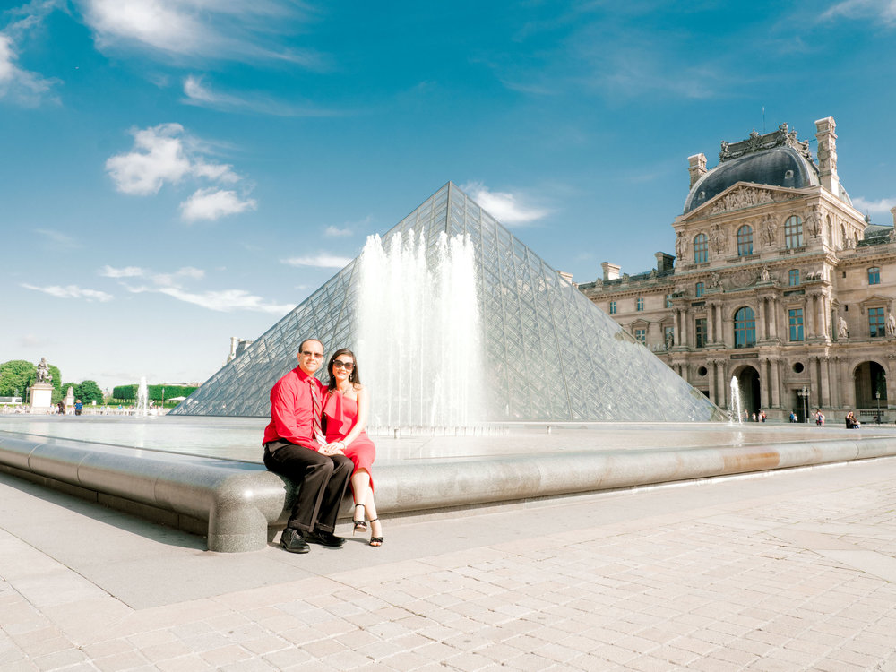 beautiful anniversary photo session at the louvre museum in paris