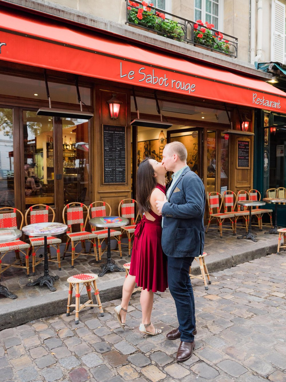 beautiful engagement photo session in the village of montmartre in paris