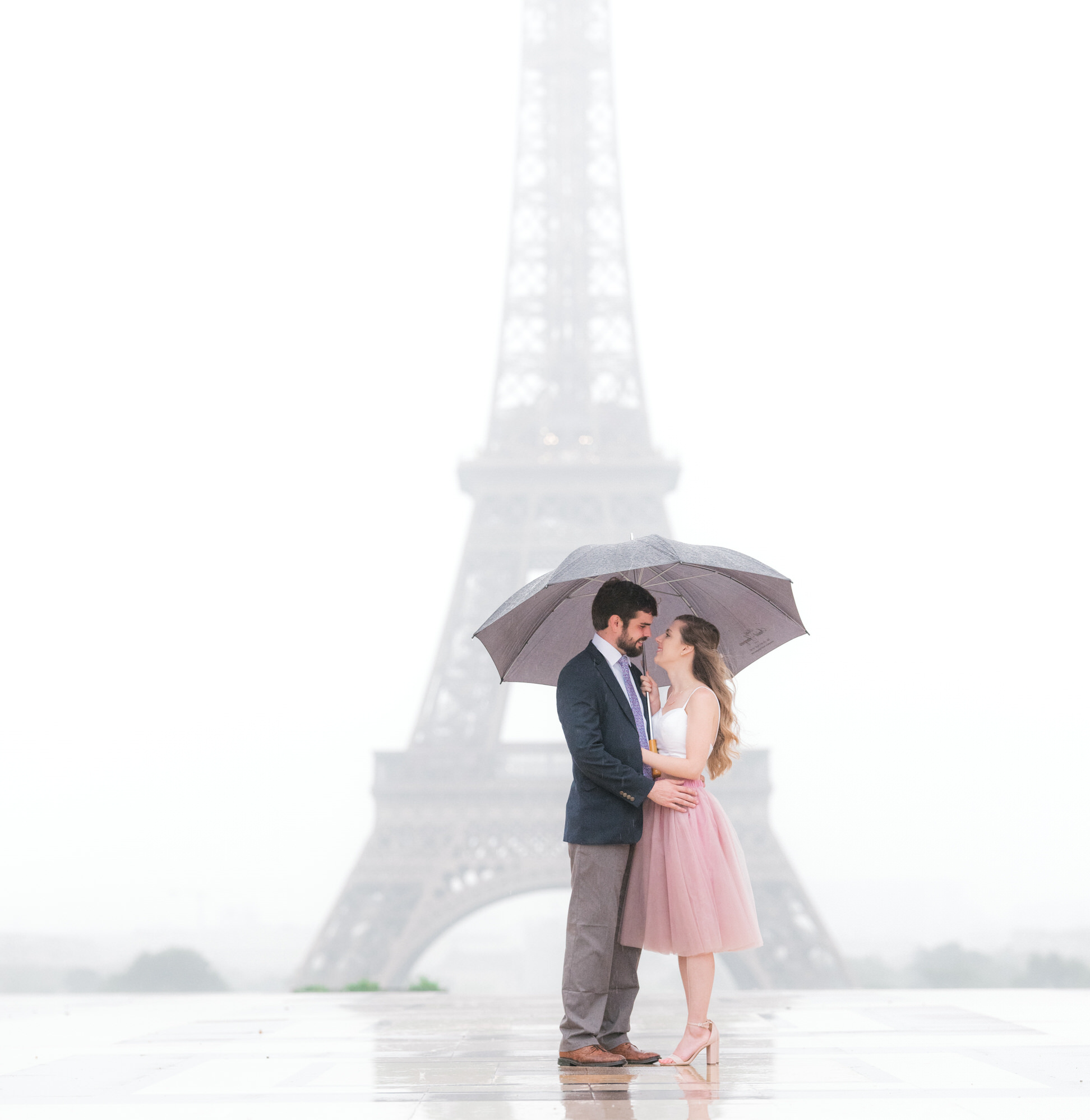 Dreamy, romantic Paris photo shoot at the Eiffel Tower in the rain