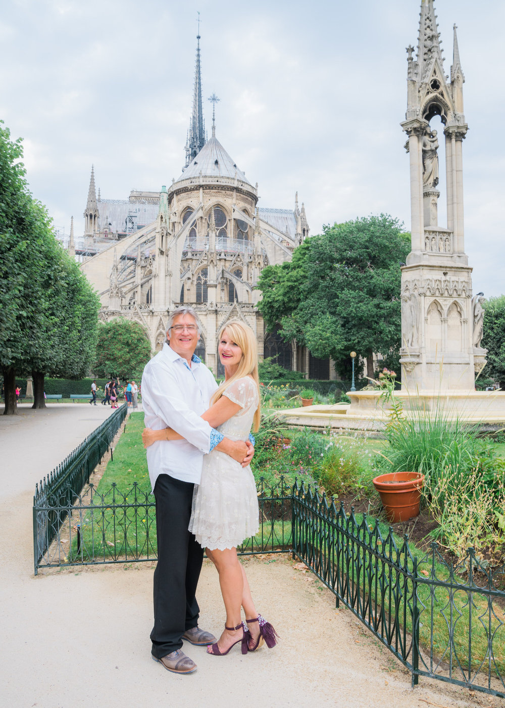 family photo session in paris at notre dame cathedral with picture me paris