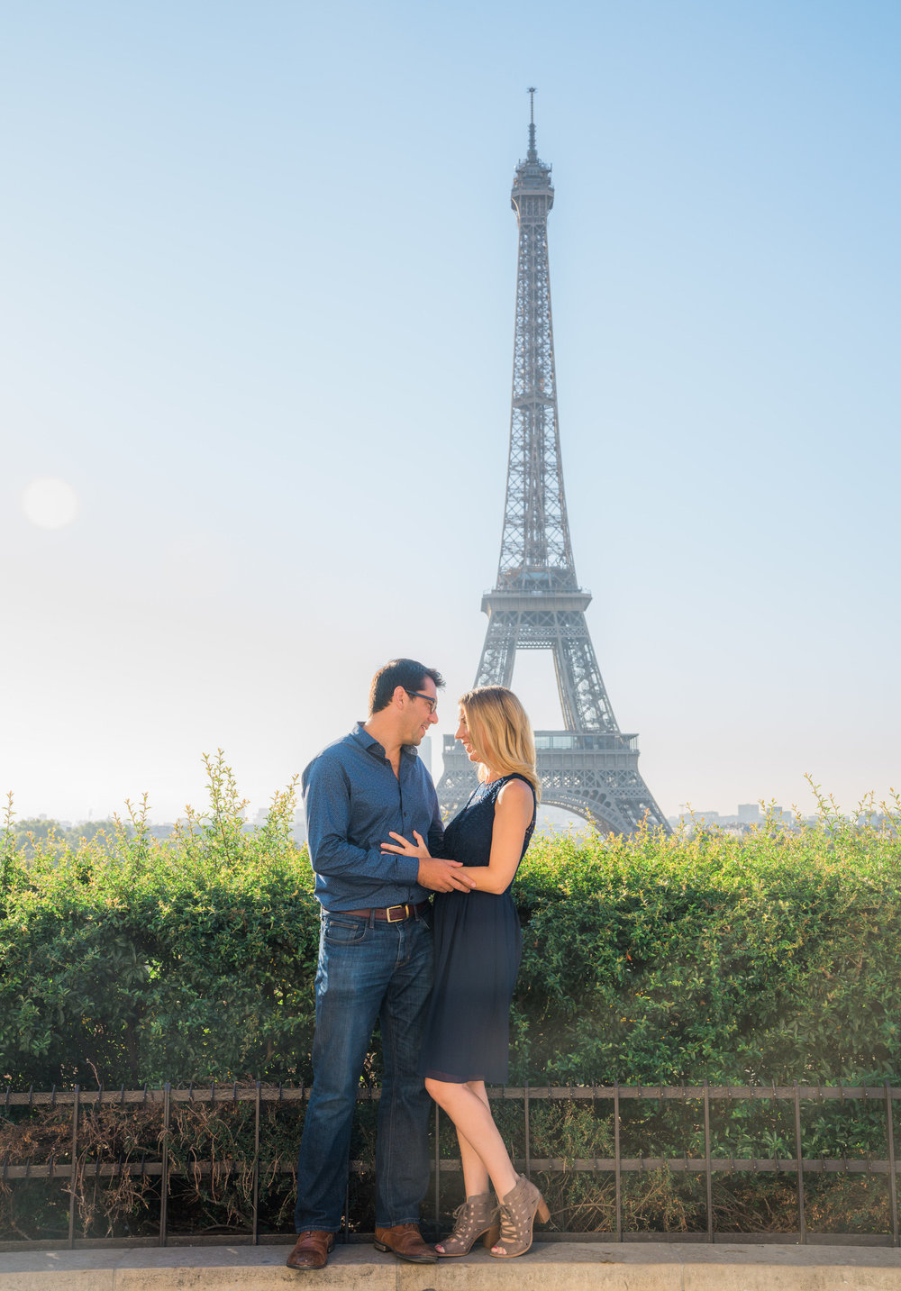 couples love photo shoot at the eiffel tower in paris