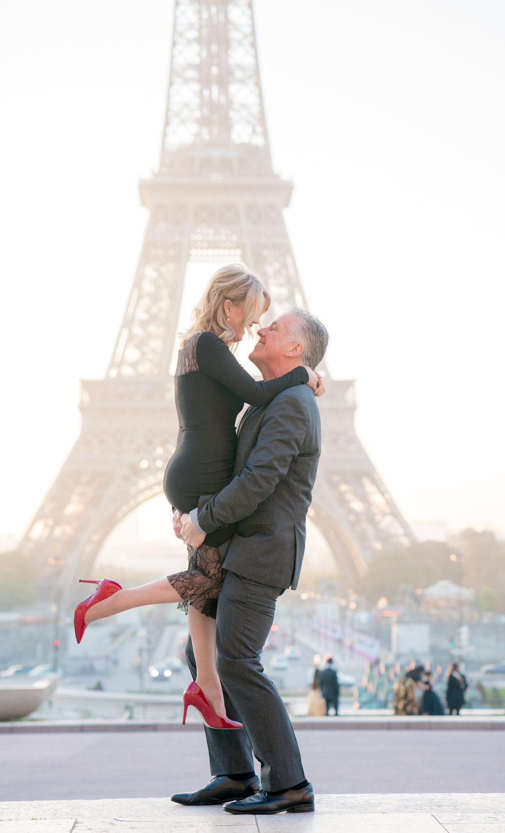 beautiful sunrise couples anniversary photo shoot at the eiffel tower in paris france