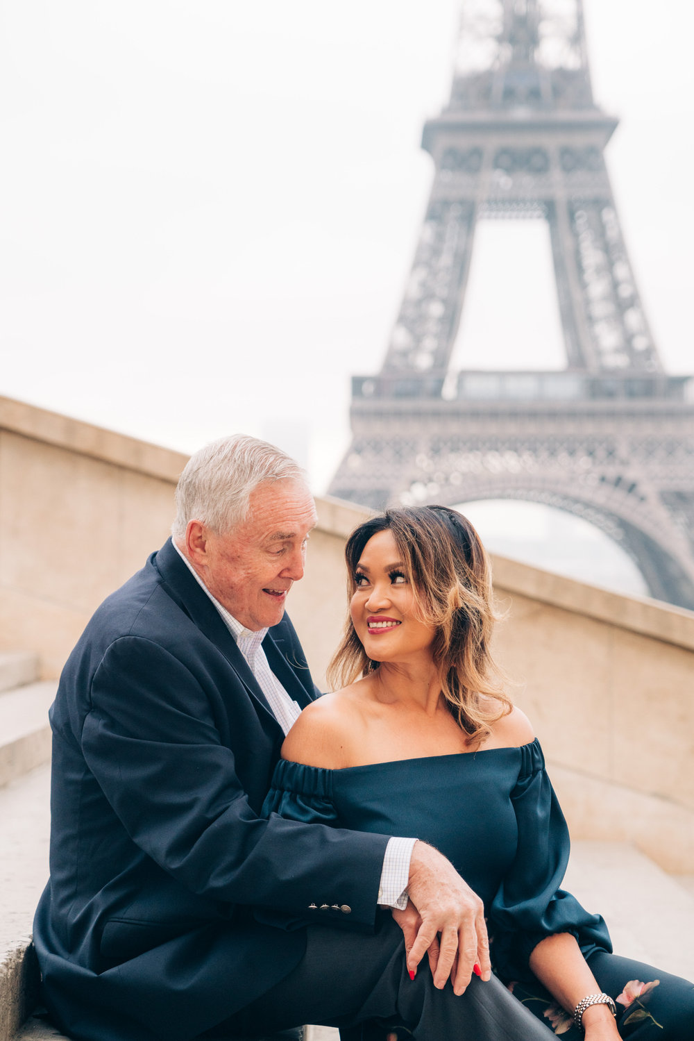 wedding anniversary photo shoot at the eiffel tower in paris