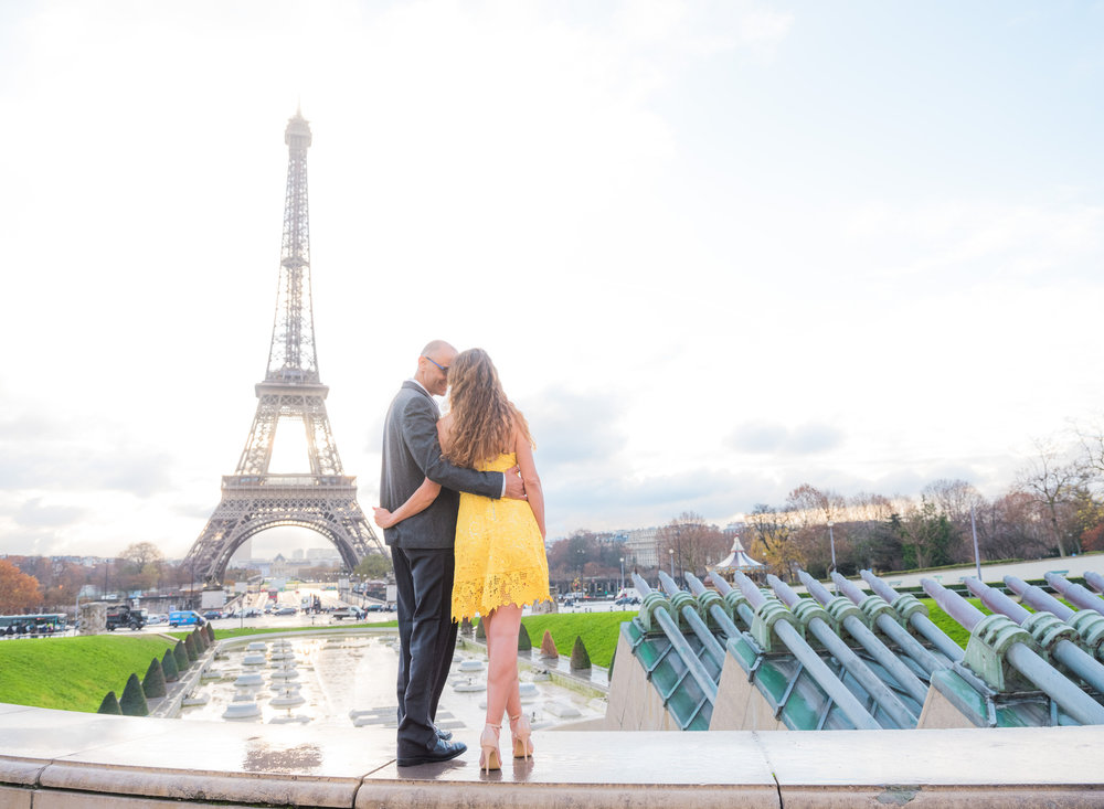 beautiful couples photo session in paris at the pont alexandre with picture me paris