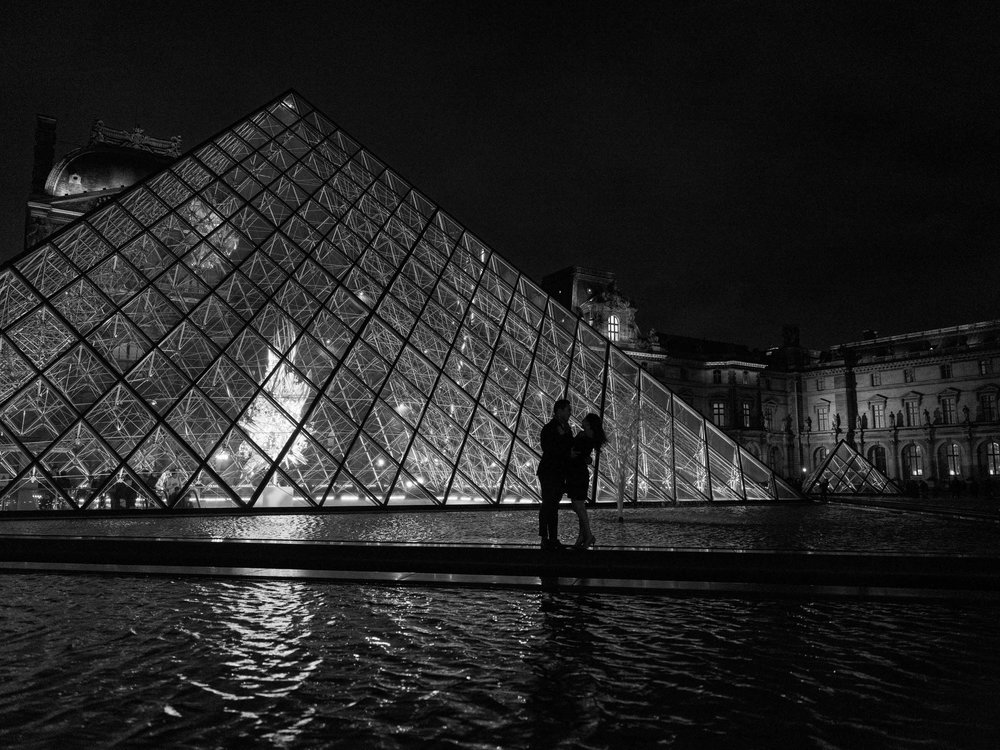 romantic and elegant black and white photo shoot in paris for engagement at the louvre by picture me paris