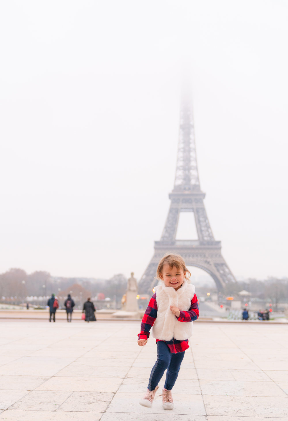 adorable family photo session with picture me paris at the eiffel tower