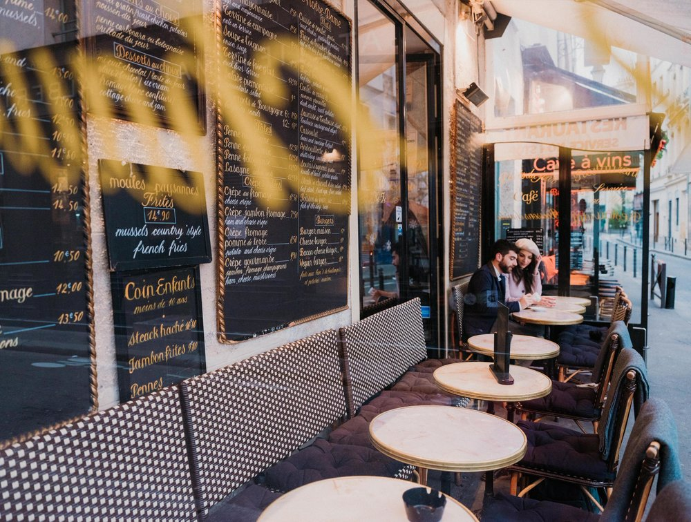 romantic couples photo shoot in paris france with picture me paris