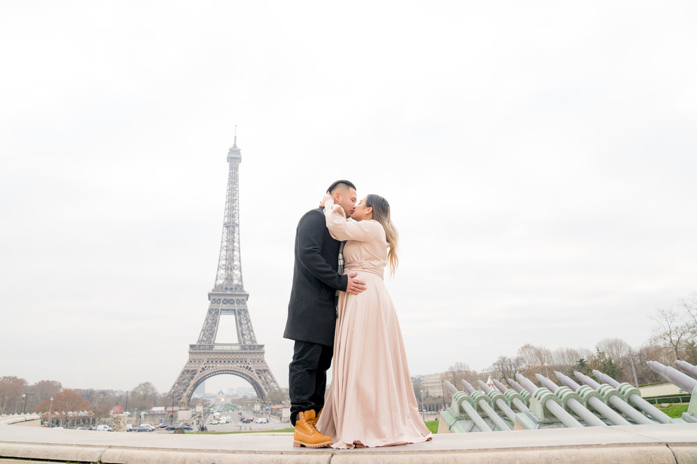 babymoon maternity photo session at the eiffel tower in paris france
